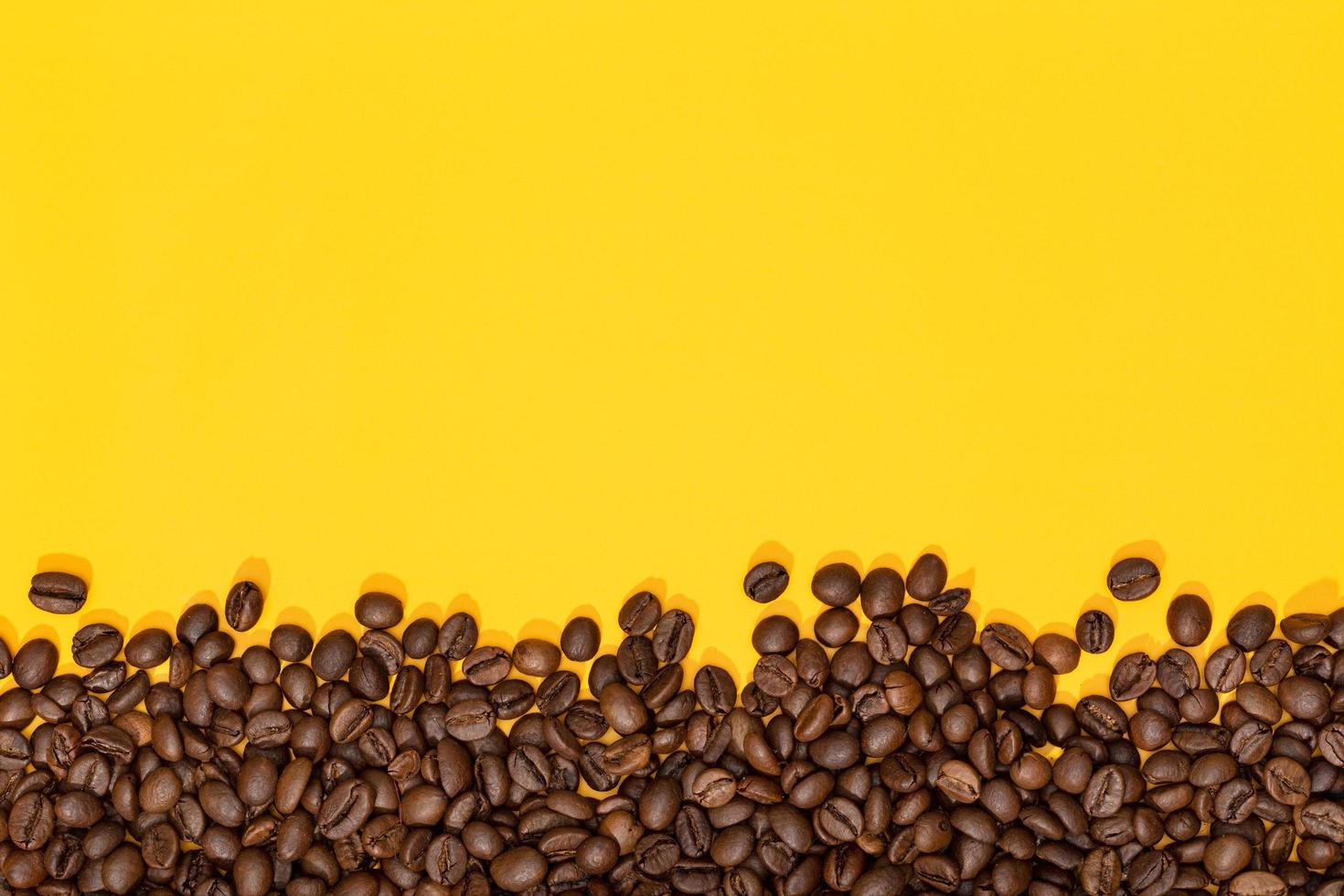 grains de café sur fond jaune photo