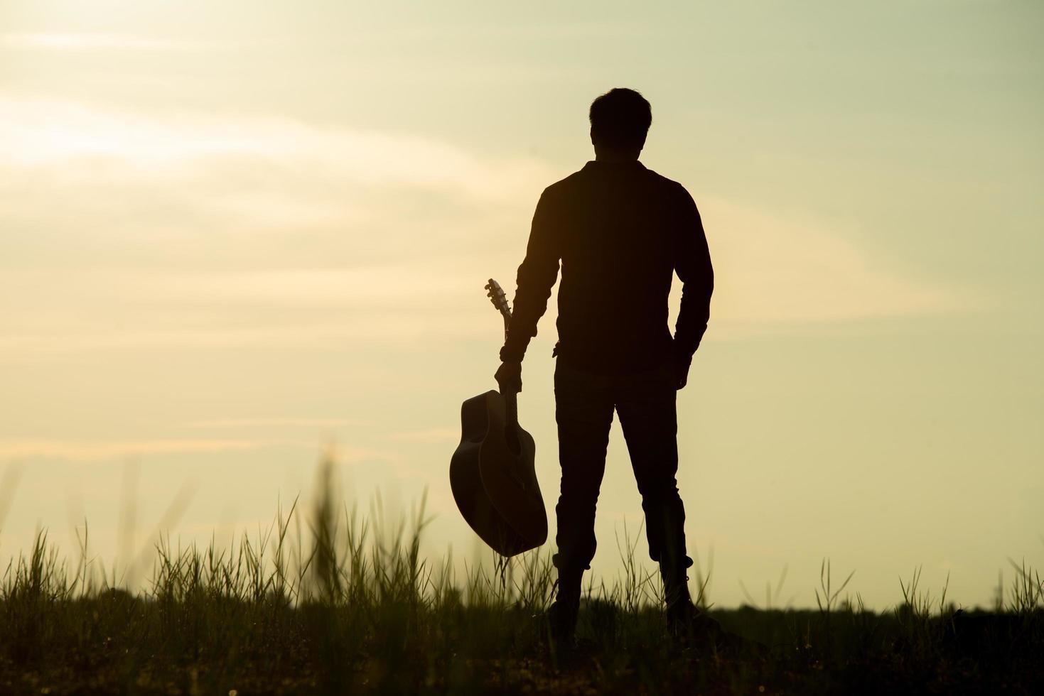 homme, tenue, guitare acoustique photo