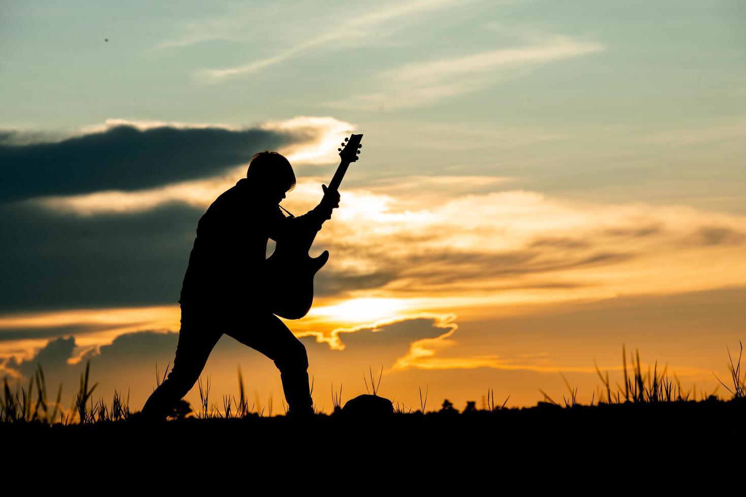 homme jouant de la guitare photo
