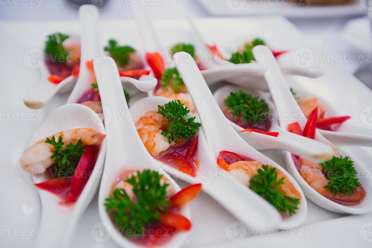 Table de banquet de restauration joliment décorée avec différents apéritifs de collations alimentaires photo