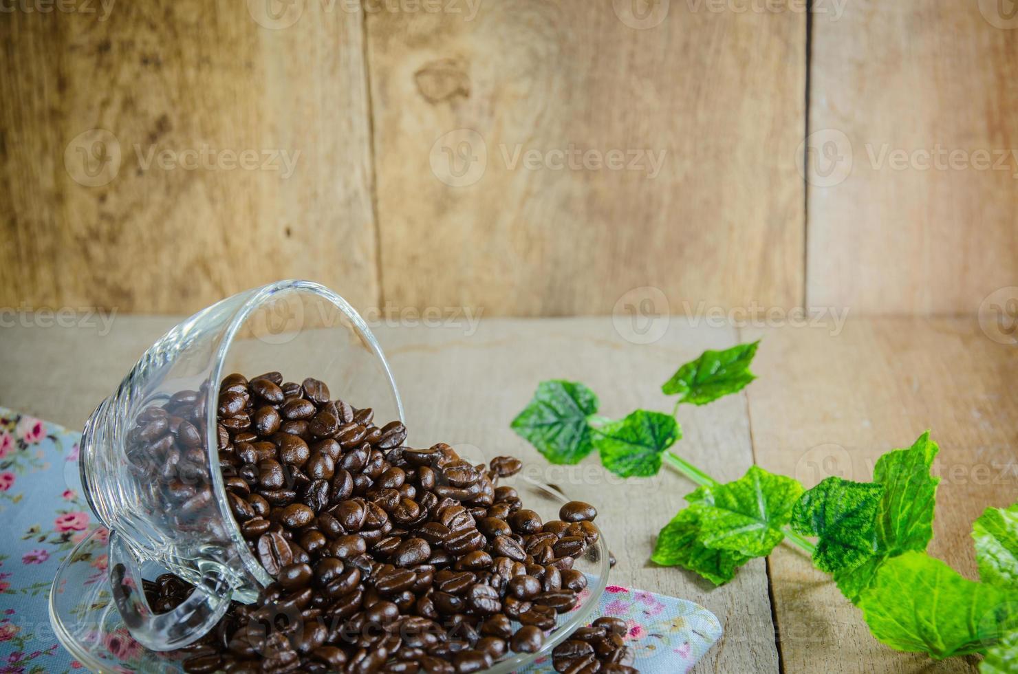 grains de café avec tasse sur table en bois photo