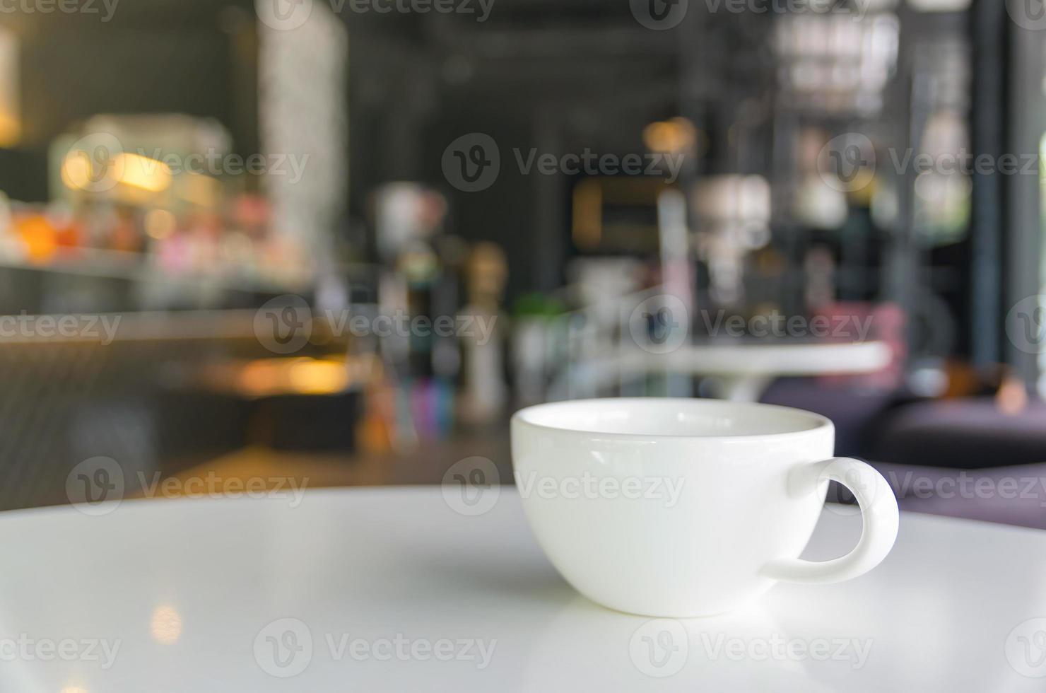 tasse à café sur le café flou fond photo