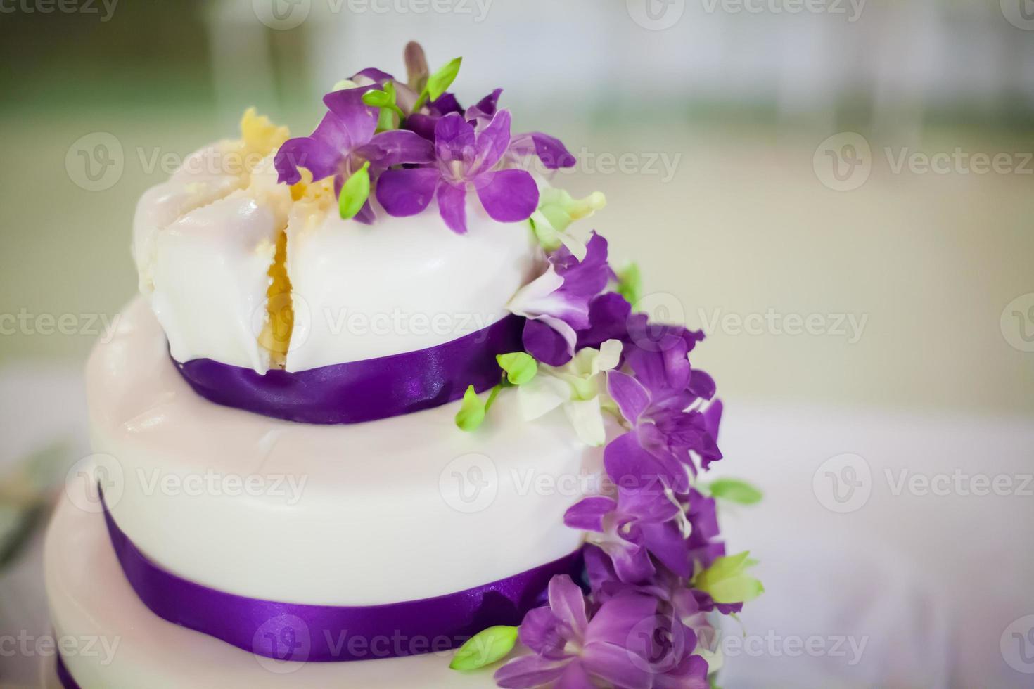 couper le gâteau de mariage photo
