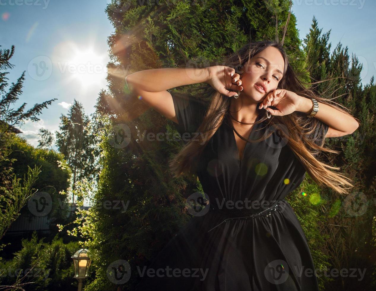 extérieur portrait de belle fille en robe longue noire de luxe. photo