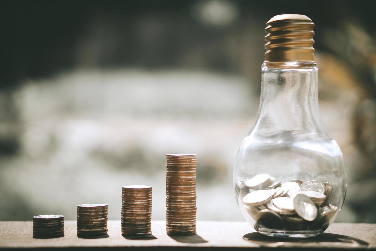 piles de pièces avec banque de verre en bouteille photo