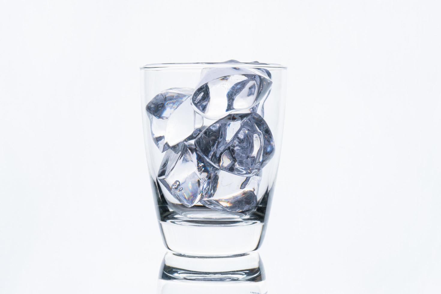 eau glacée en verre clair photo