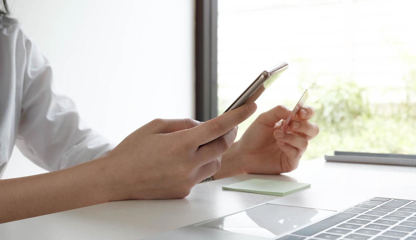 femme, tenue, smartphone, et, carte crédit photo