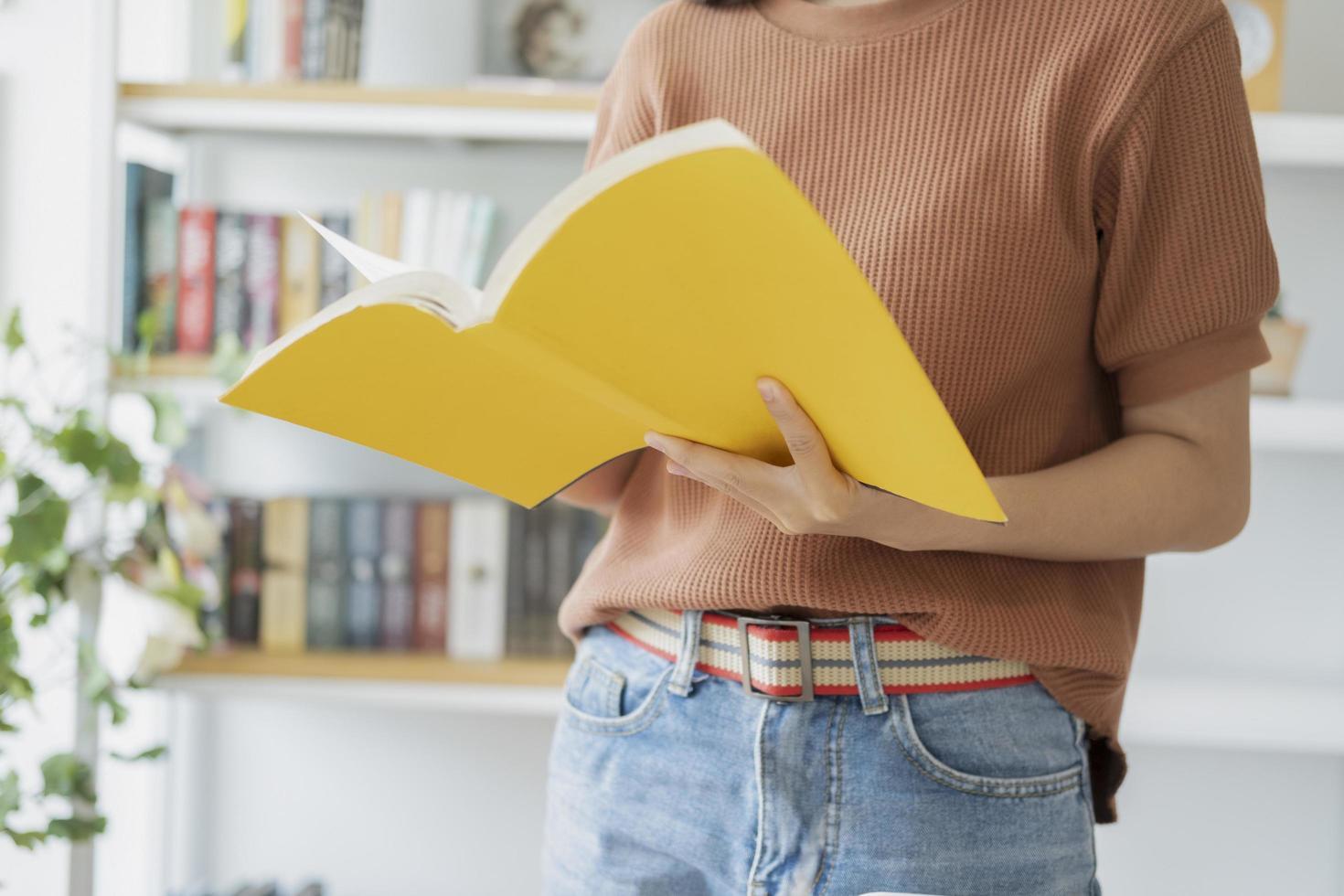 gros plan, de, femme, lecture livre jaune photo