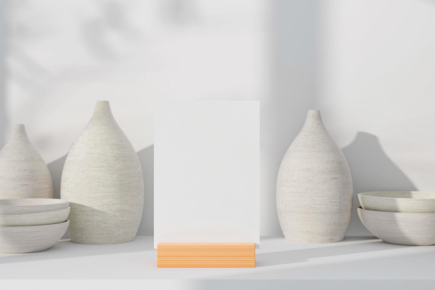 Carte de voeux vide sur support avec des pots en céramique photo