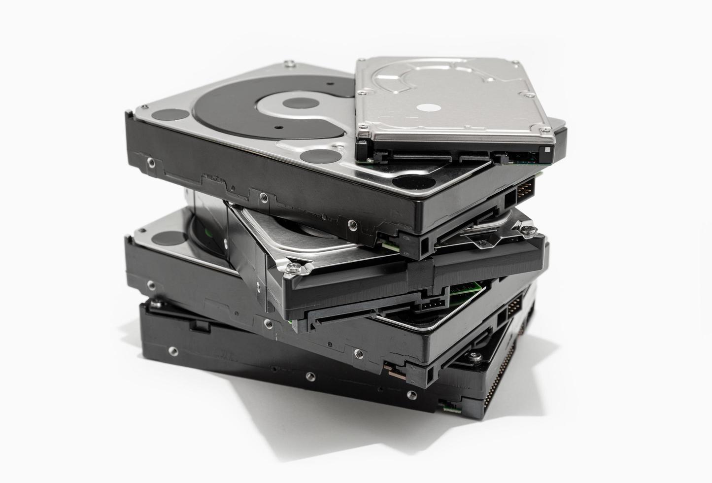 Pile de disques durs sur fond blanc photo