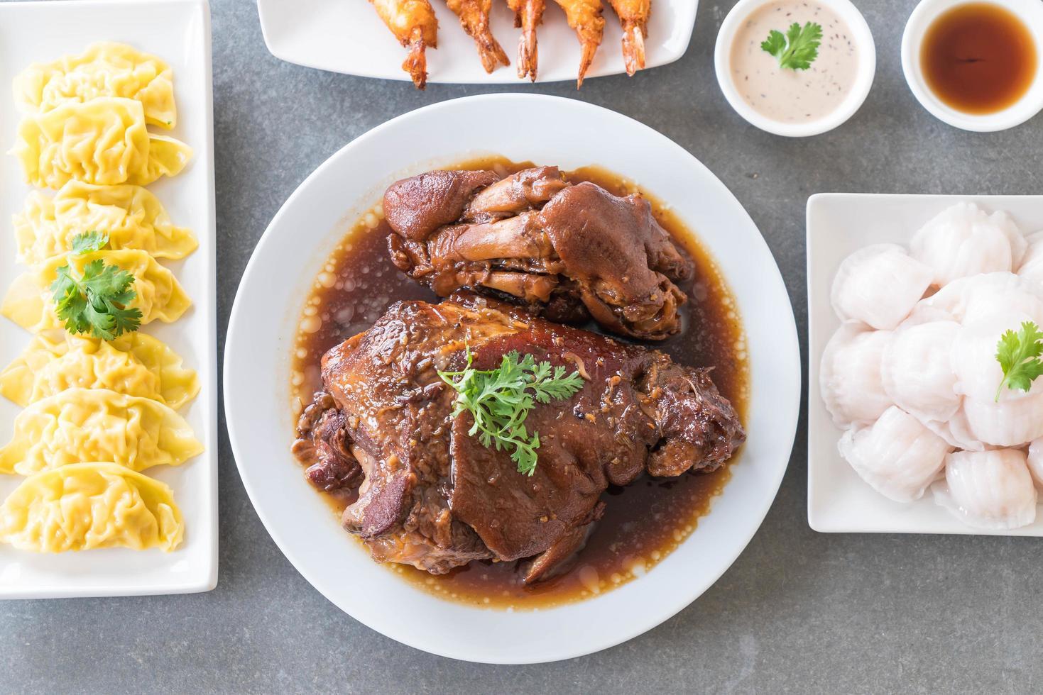 Vue de dessus de la cuisse de porc cuite à la sauce sauce photo