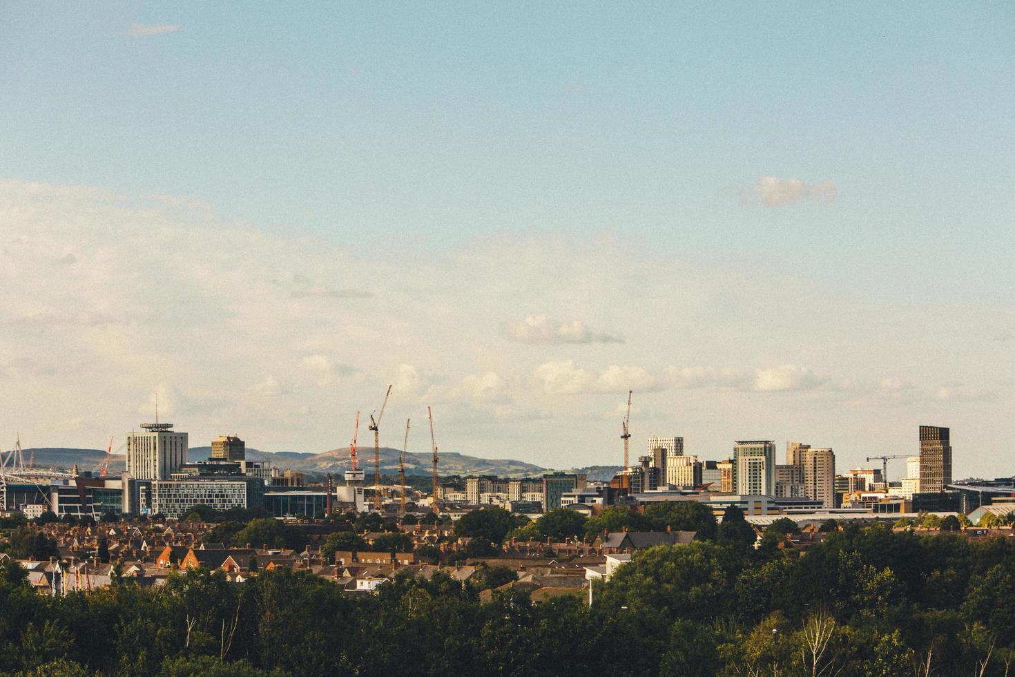 ville avec des immeubles de grande hauteur sous un ciel bleu photo