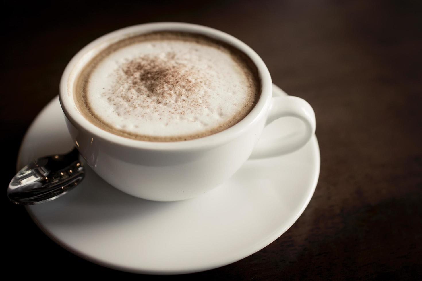 gros plan, de, a, latte, sur, a, table bois photo