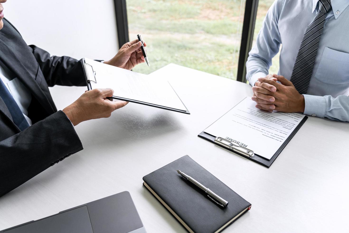 Gestionnaire de comité senior lisant un CV lors d'un entretien d'embauche photo