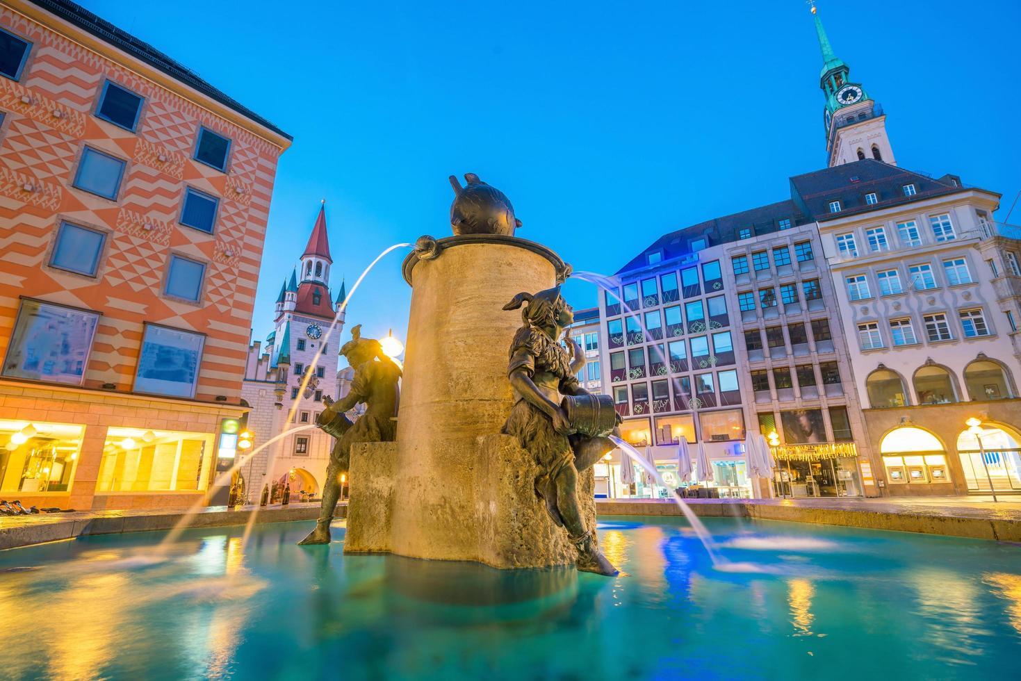 Ancien hôtel de ville sur la place Marienplatz à Munich photo