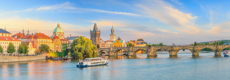 Pont Charles et toits de la ville de Prague photo