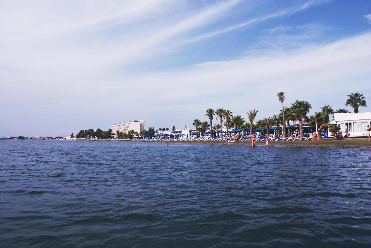 plage de larnaca et mer aux beaux jours photo
