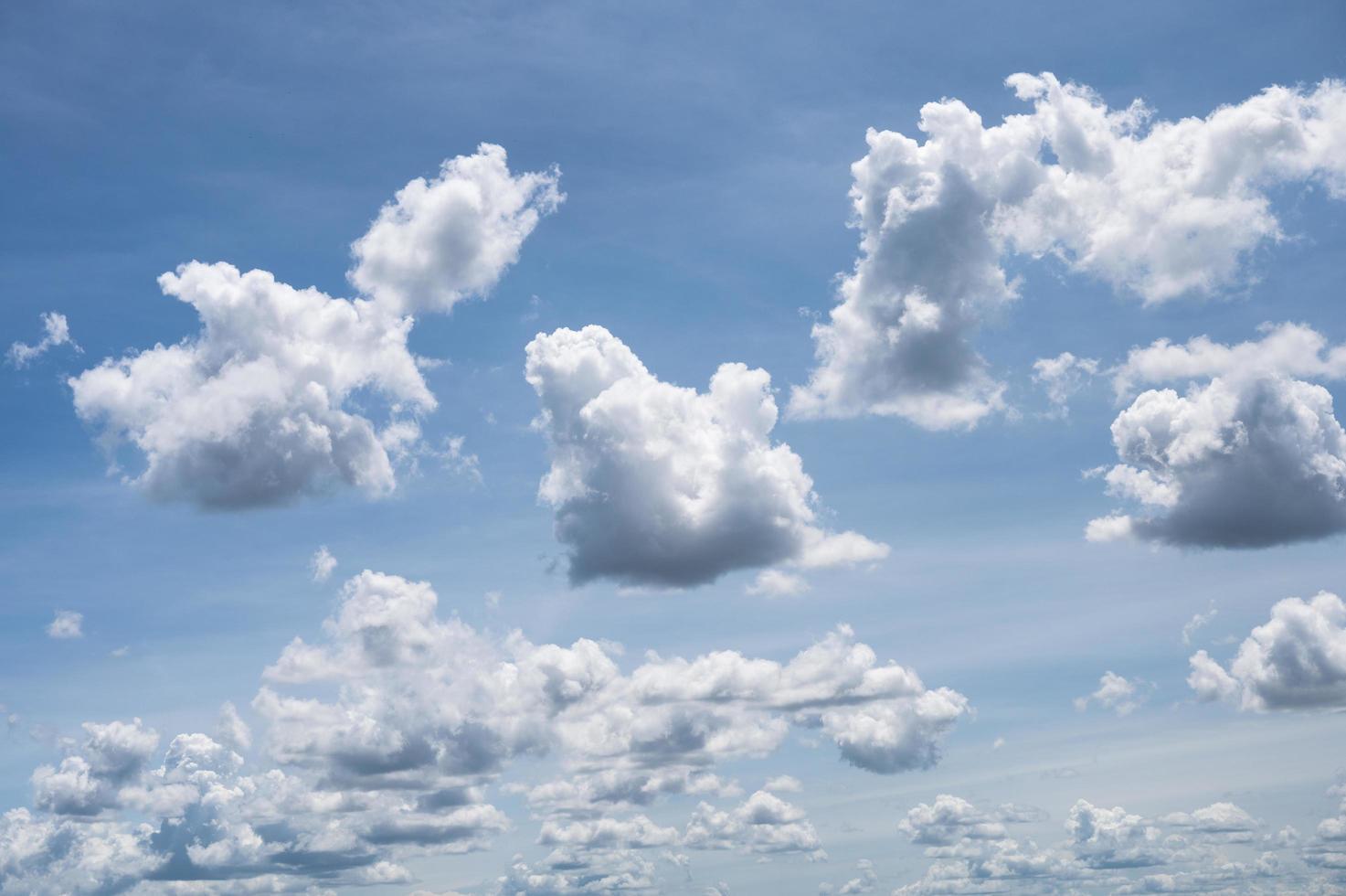 nuages blancs moelleux dans le ciel bleu ensoleillé photo