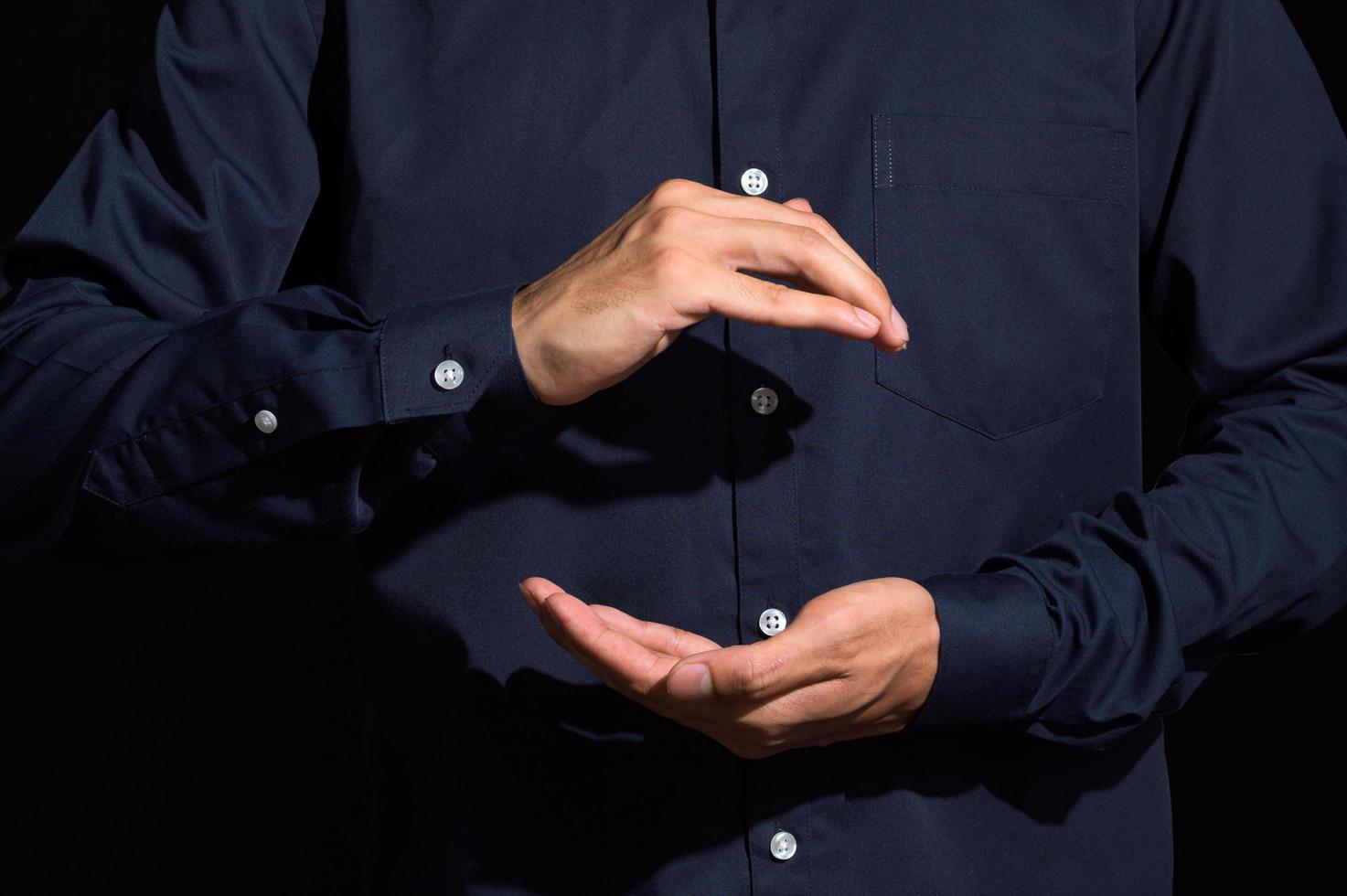 mains en tenant le geste photo