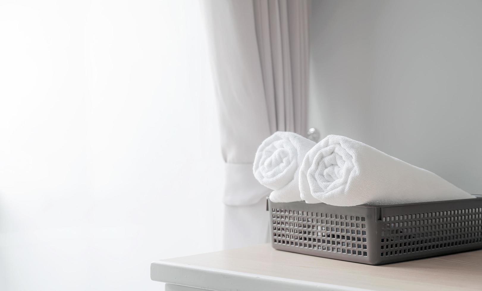 Serviettes blanches roulées dans un panier photo