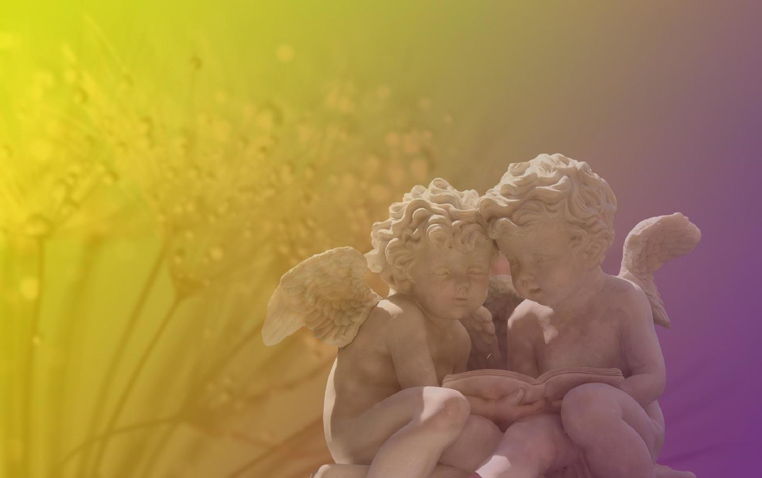 statue d'ange dans une lumière colorée photo