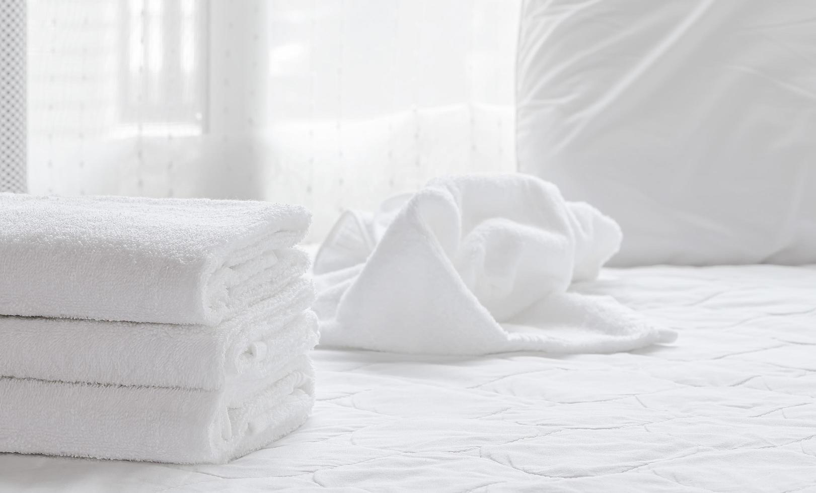 serviettes propres pliées sur un drap blanc photo