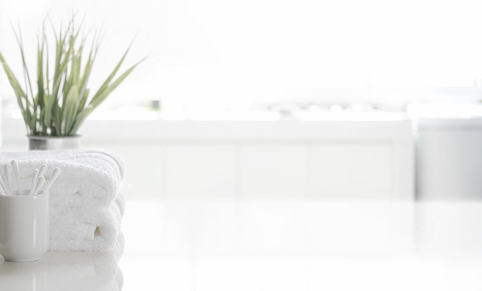 plante et serviettes sur une table photo