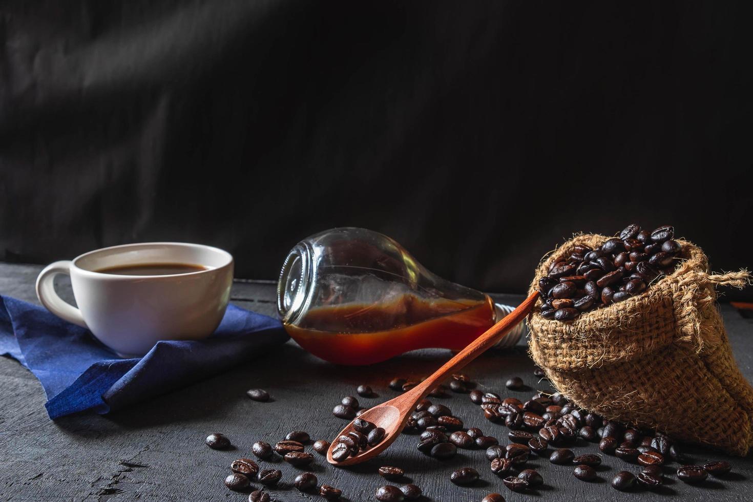 café chaud et grains de café crus photo