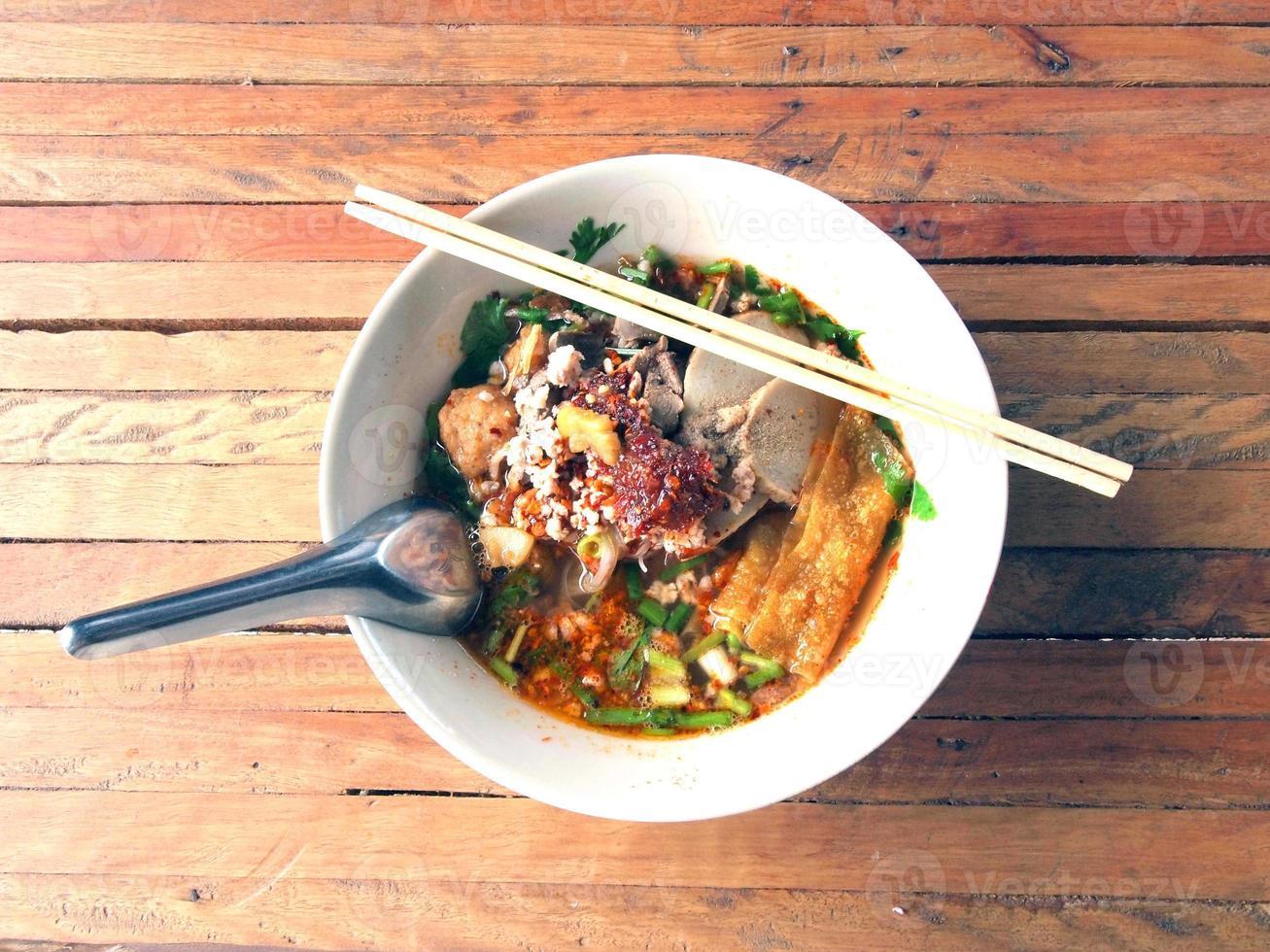 soupe de nouilles au porc thaï photo