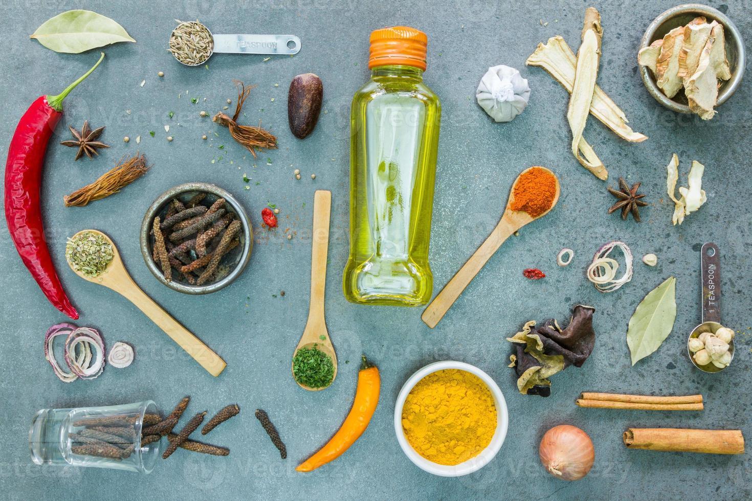 épices et herbes dans des bols en métal. photo