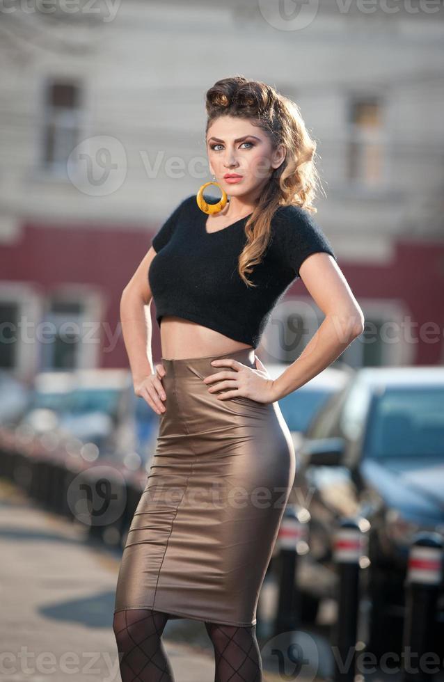 Jolie jeune femme dans un tir de mode urbaine photo