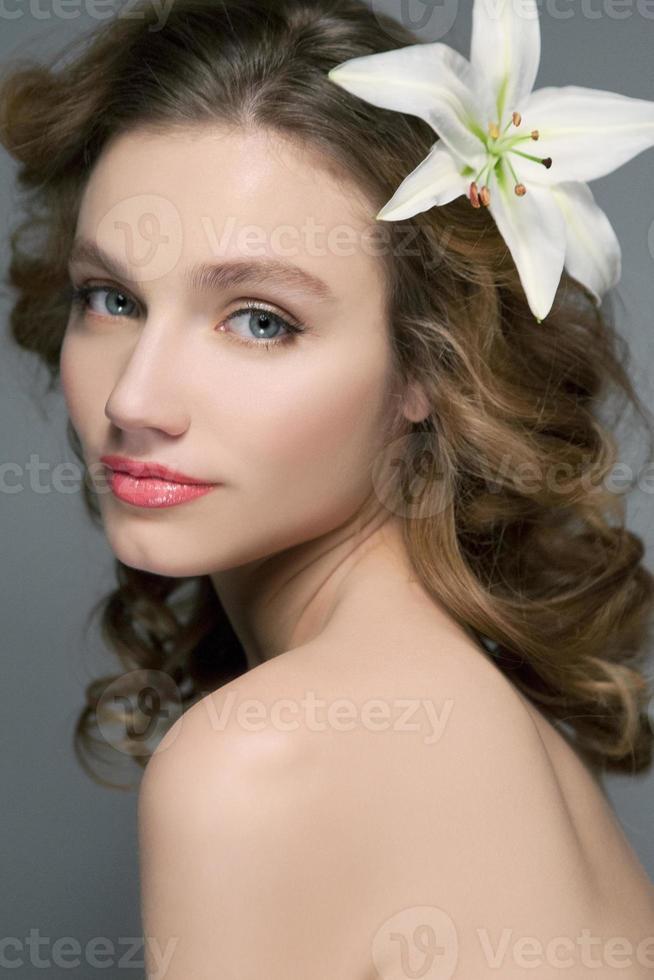profil de la belle femme aux yeux bleus photo