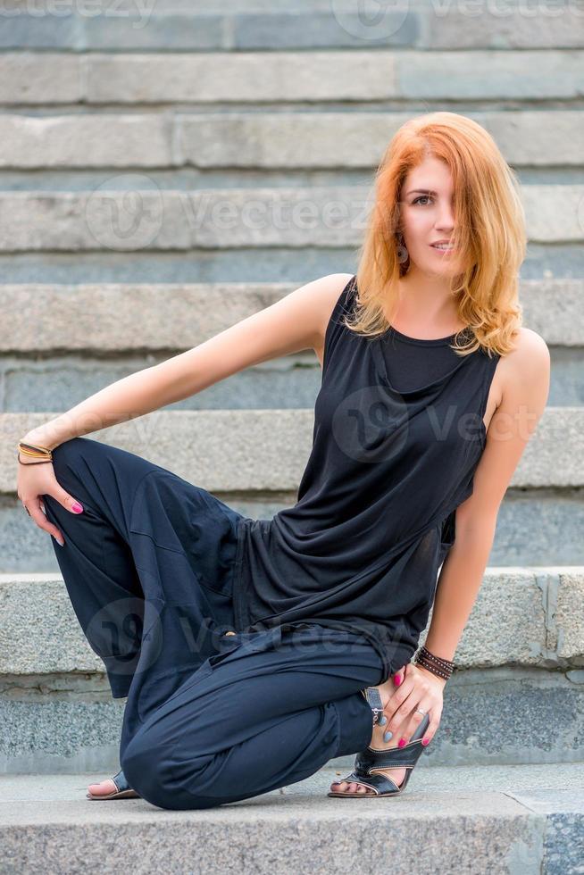 Portrait de jeune fille en vêtements noirs sur les marches photo