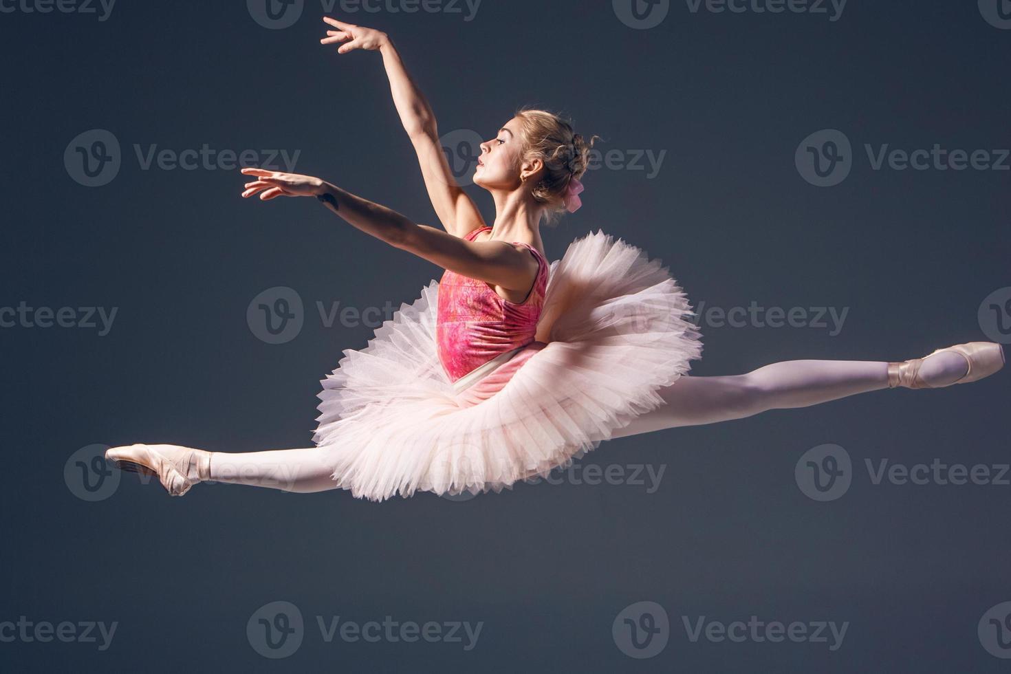 belle danseuse de ballet sur fond gris. ballerine est photo
