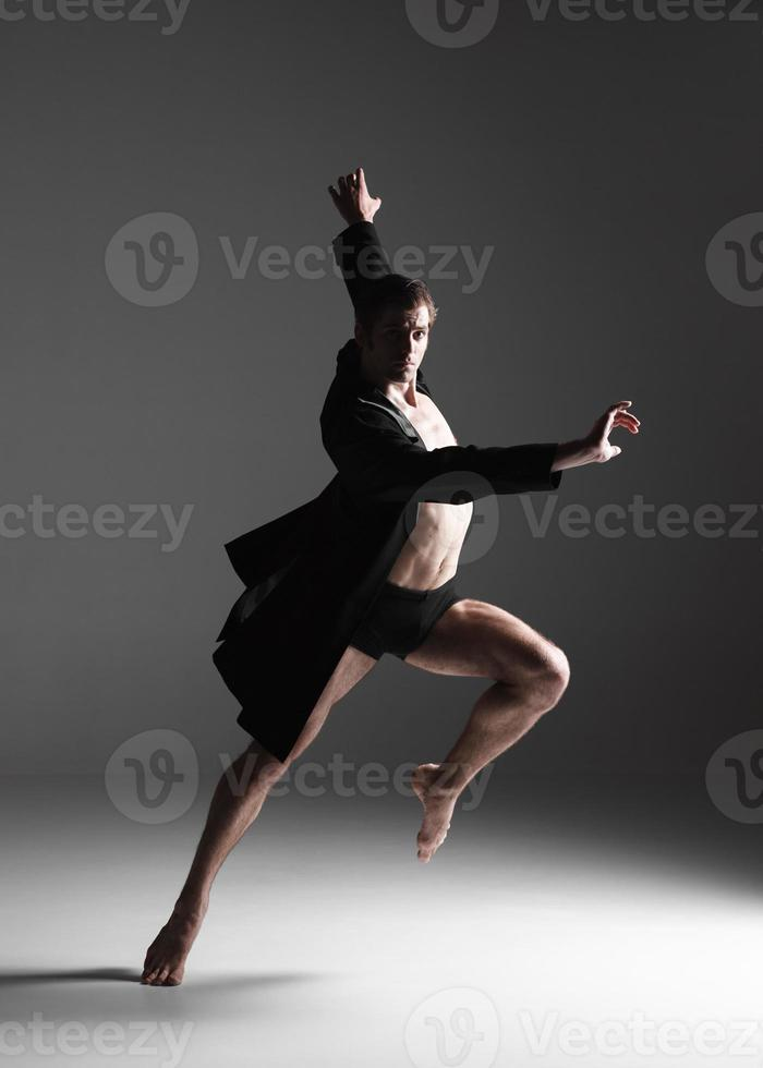 Le jeune danseur de ballet moderne attrayant sur fond blanc photo