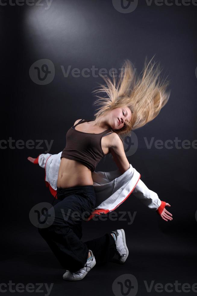 jeune femme danseuse moderne en action photo