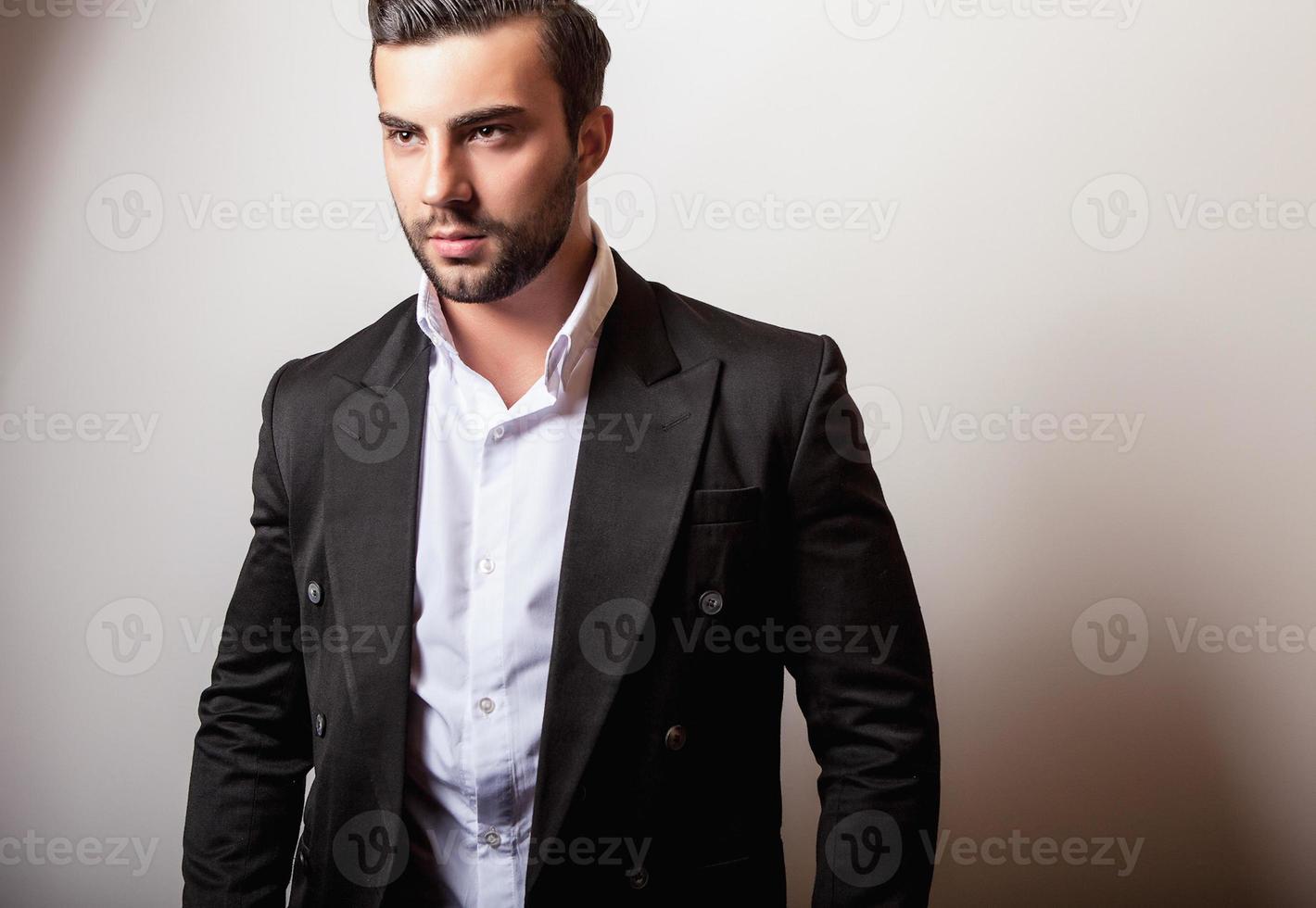 élégant jeune bel homme en costume classique noir. photo