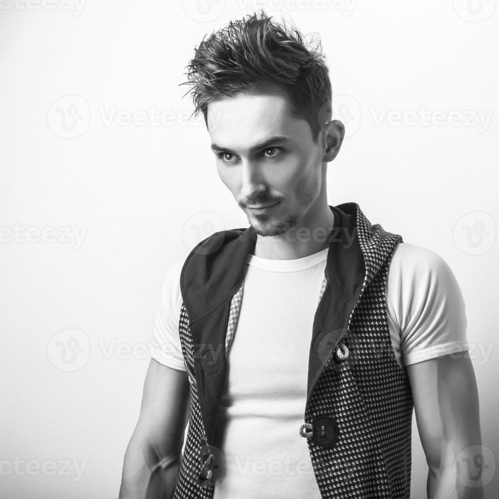 portrait en studio de jeune bel homme en gilet de conception. photo