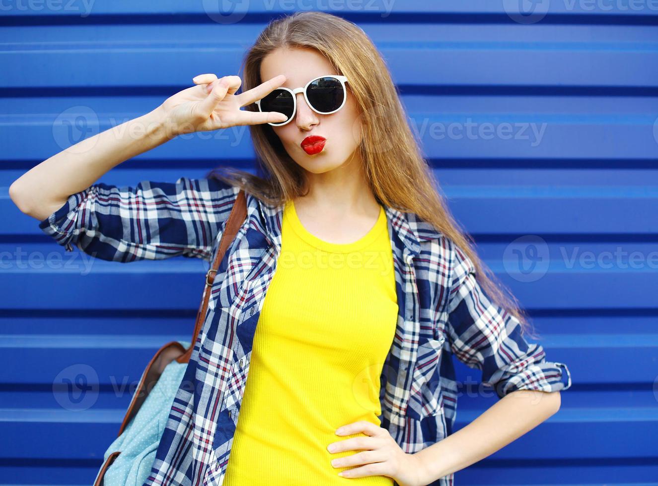 fashion jolie fille portant des vêtements colorés s'amusant photo