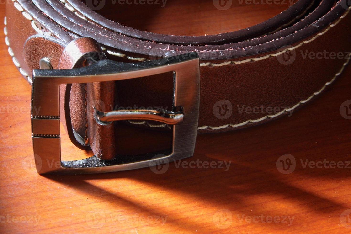 ceinture en cuir sur fond de bois photo