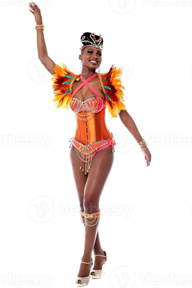 danseur de carnaval africain posant photo