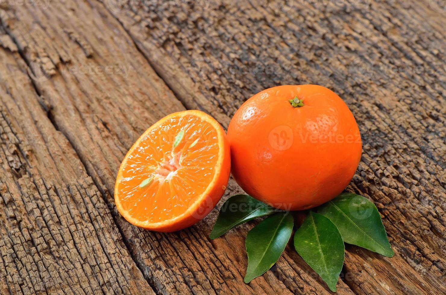 fruits orange sur fond de bois photo