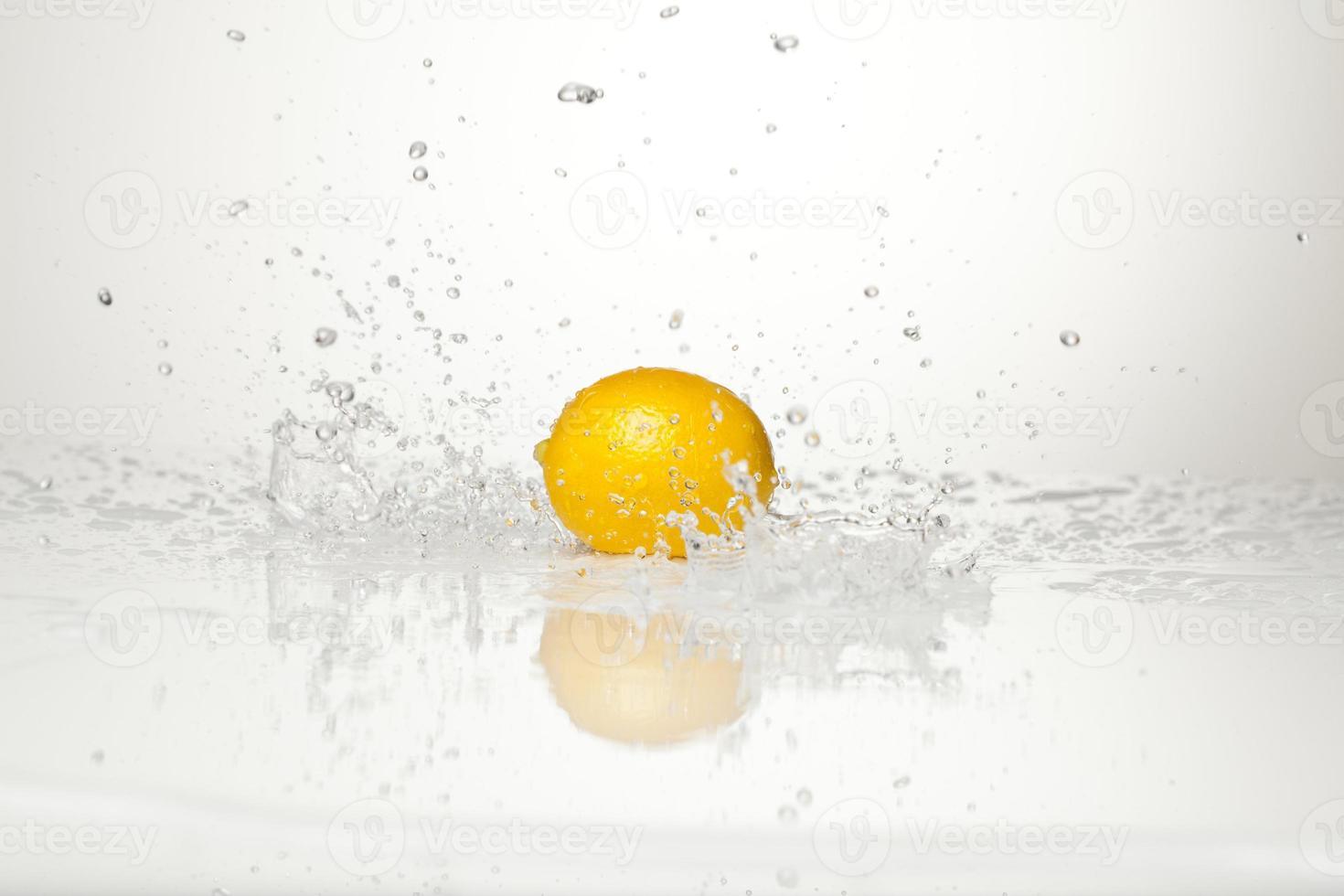 citron et éclaboussures d'eau photo