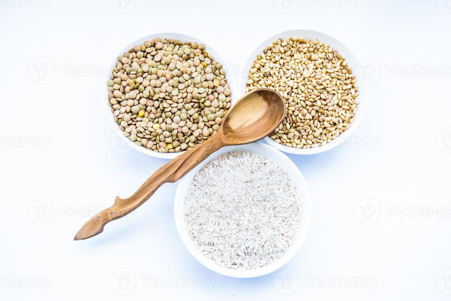 céréales riz, lentilles, blé et cuillère en bois photo