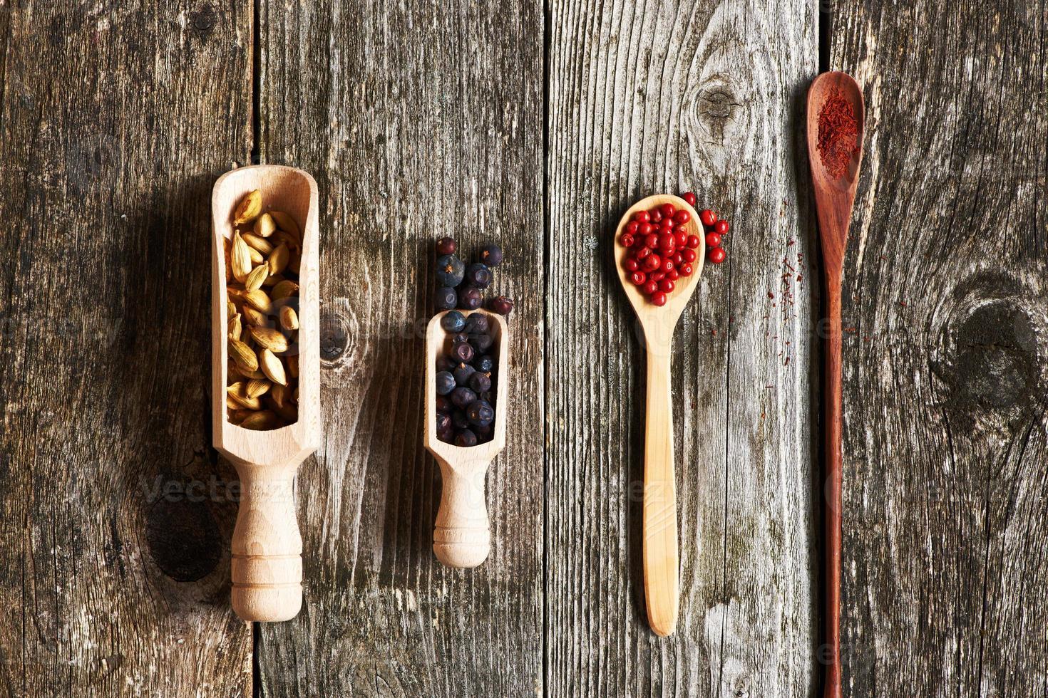 épices sur fond de bois photo