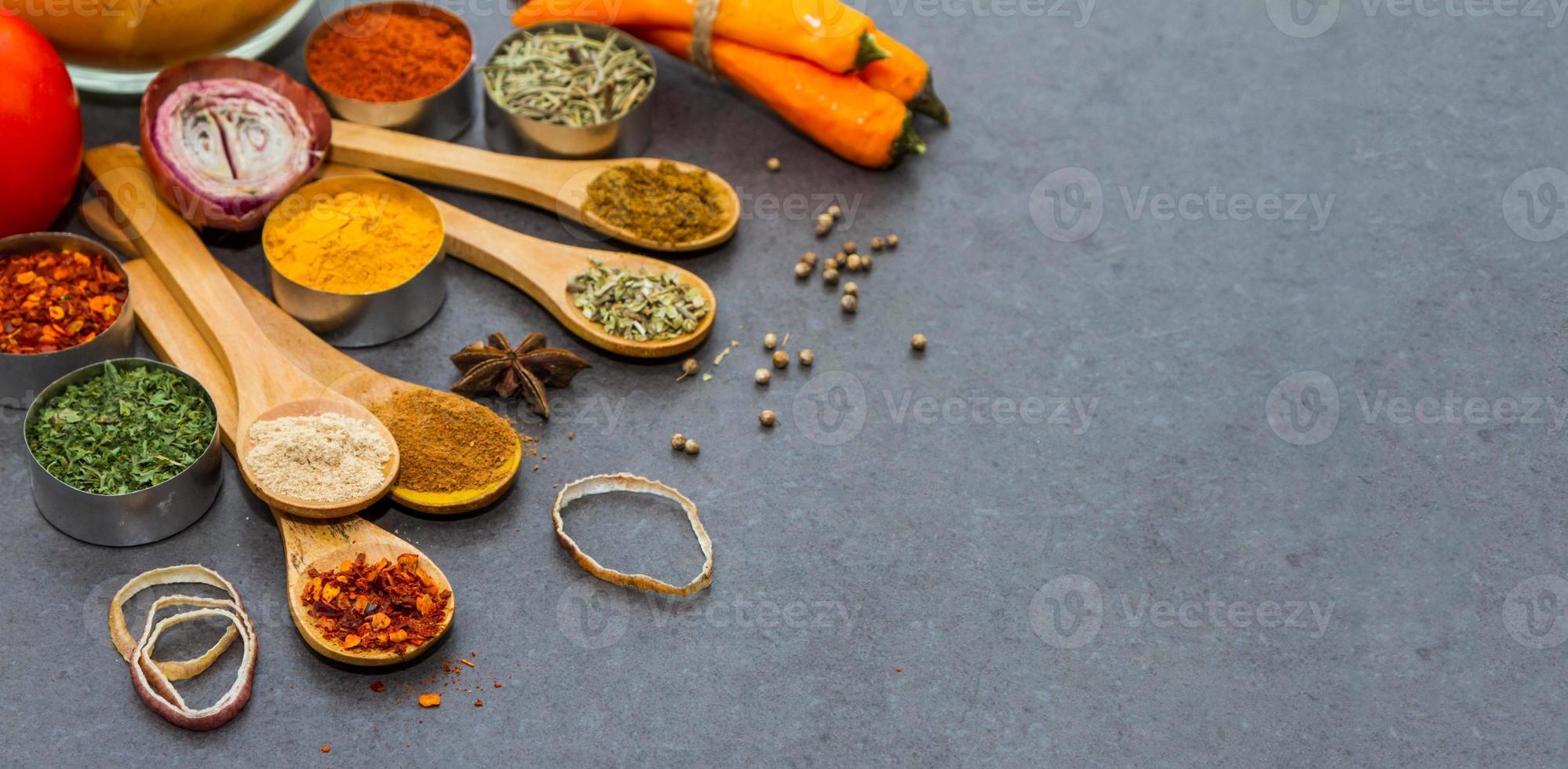 fond de sélection d'épices et d'herbes. photo