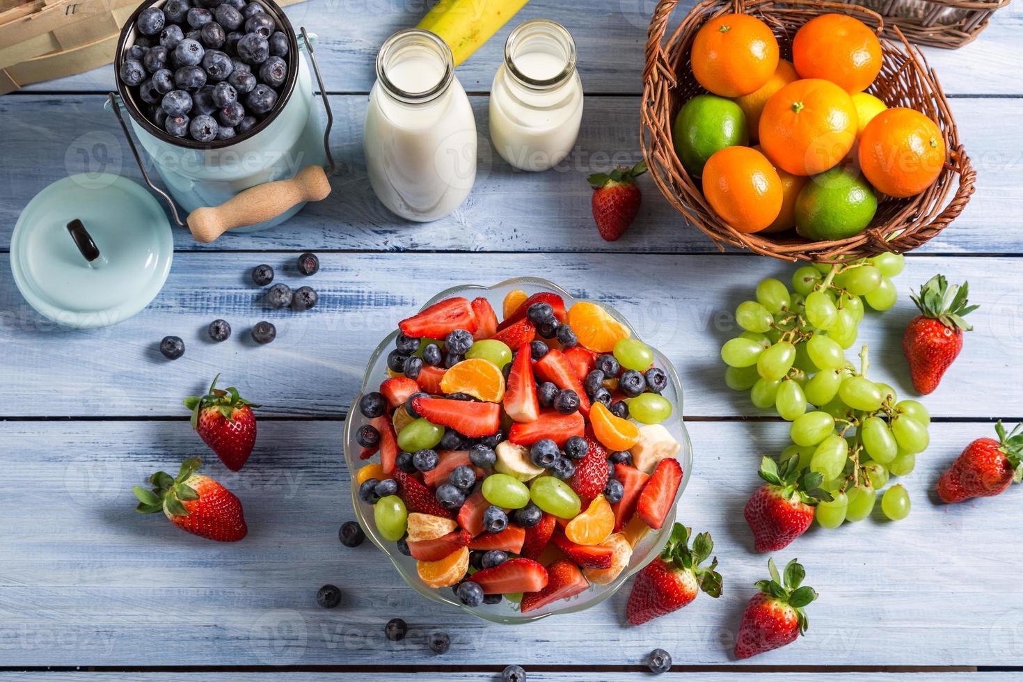 préparer une salade de fruits de printemps saine photo