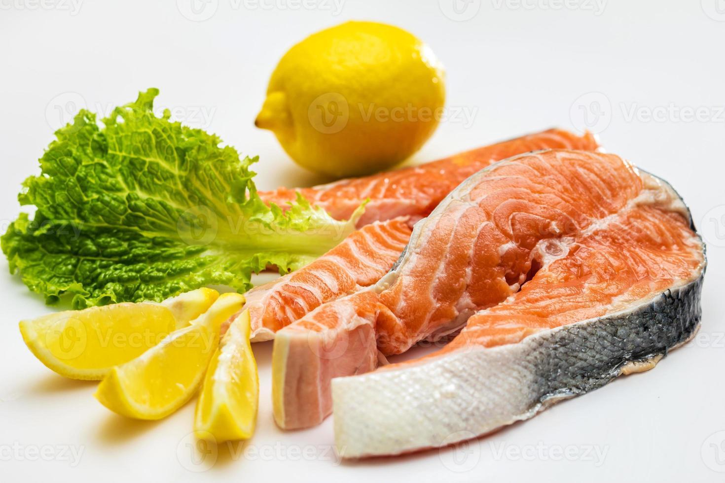 steak de poisson rouge saumon cru photo