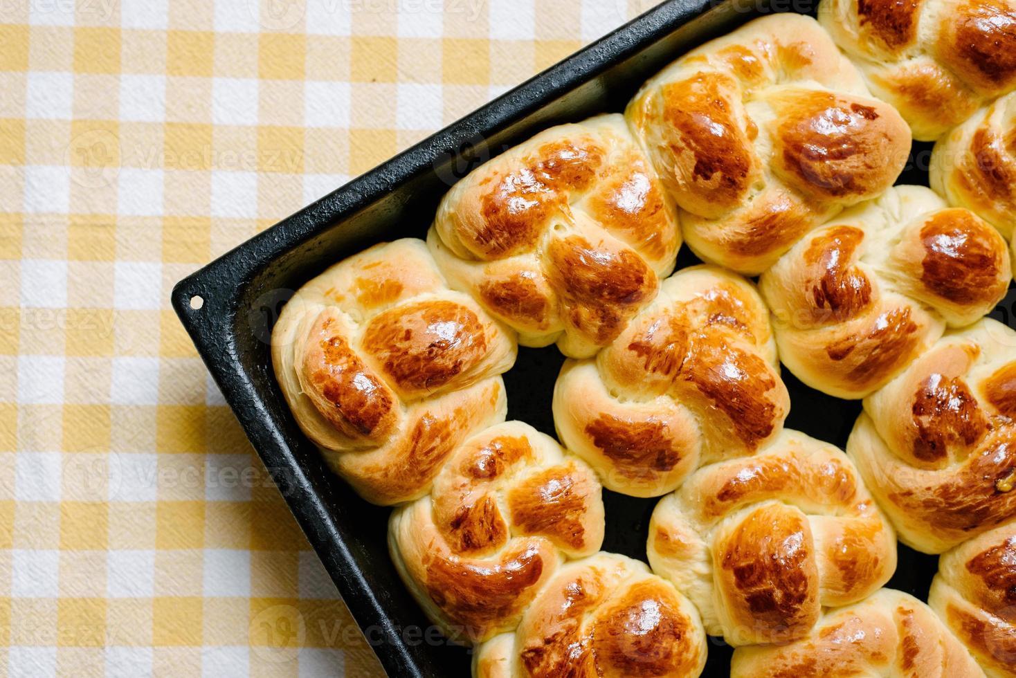 petits pains sucrés placés en diagonale sur une nappe photo