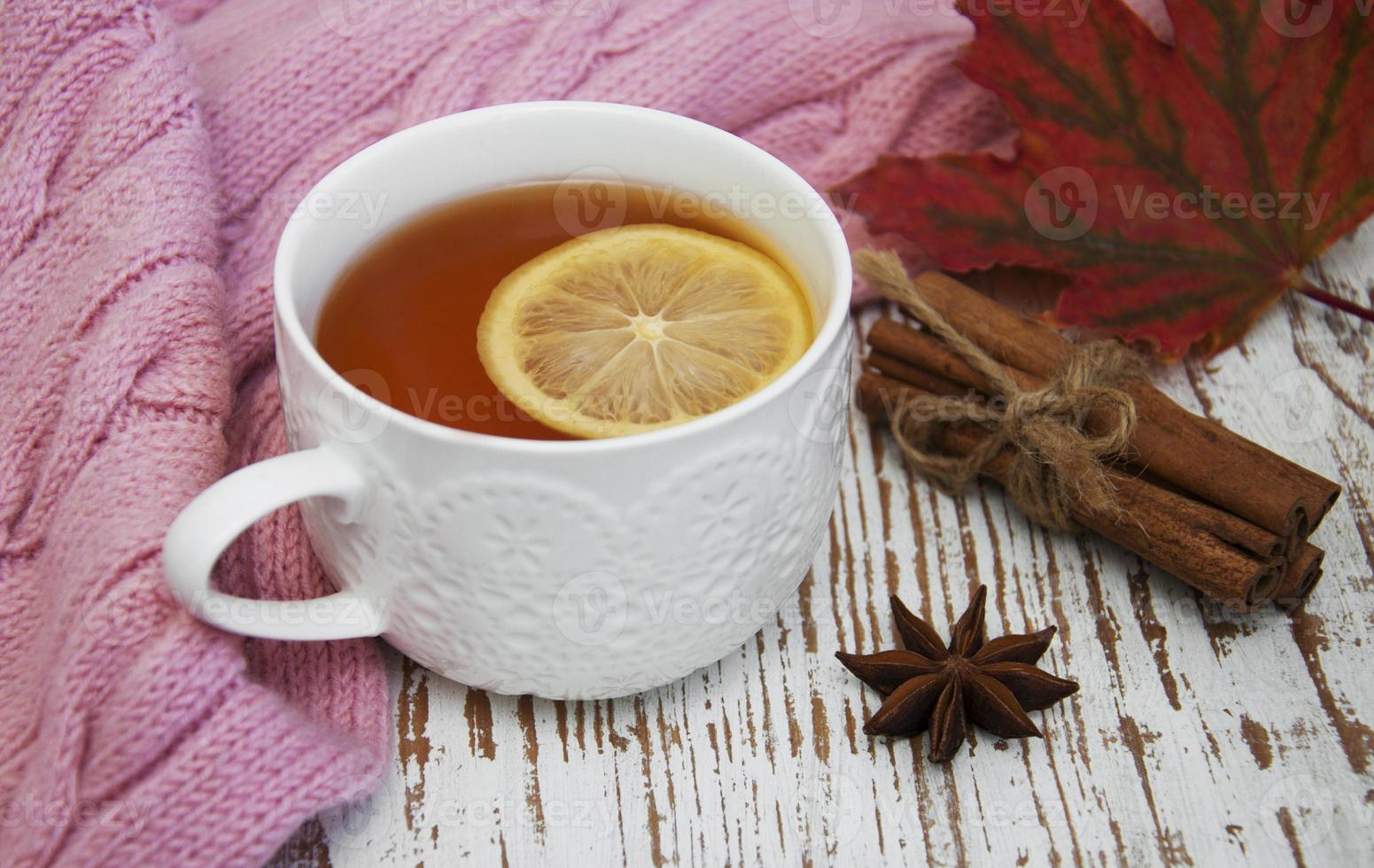 tasse de thé chaud au citron et écharpe photo